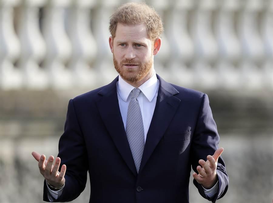哈利王子16日在倫敦白金漢宮庭園公開現身。(美聯社)
