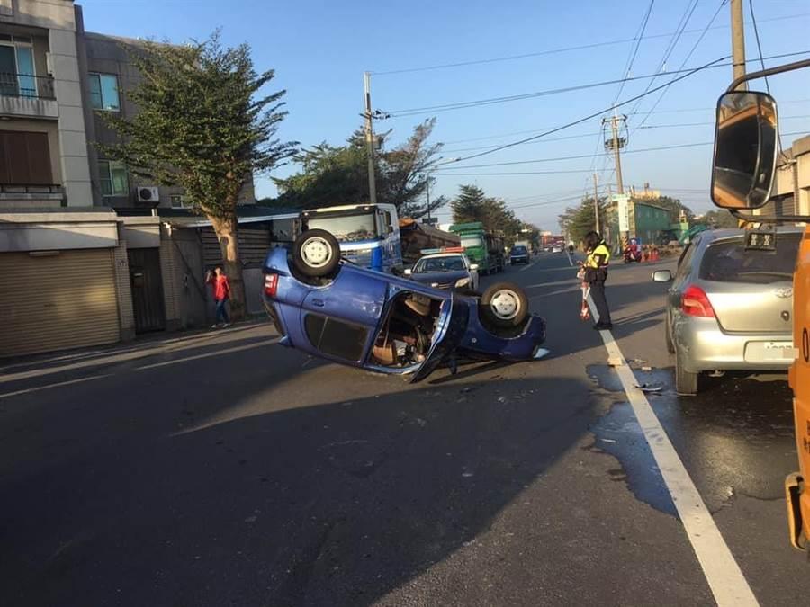藍色自小客車翻車後四腳朝天。(民眾提供/謝瓊雲彰化報導)
