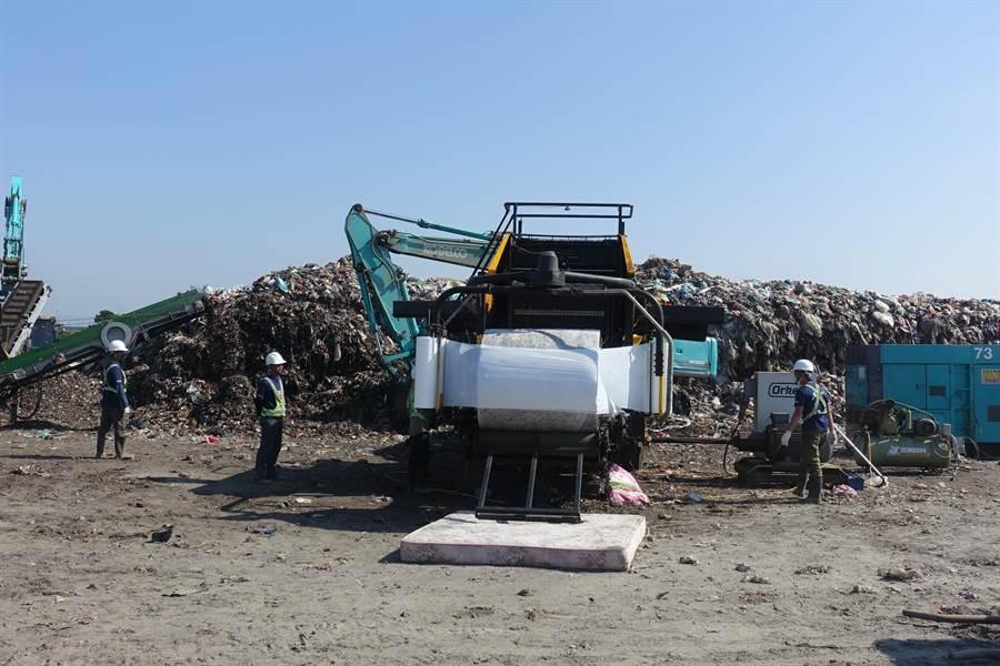 垃圾把包機17日進駐西螺鎮打包。(周麗蘭攝)