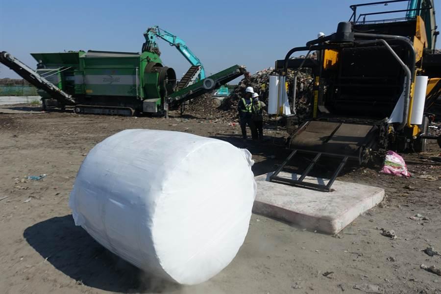 每個垃圾捲約1公噸,一小時可生產35捲。(周麗蘭攝)