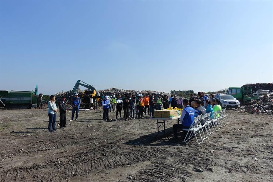 縣長張麗善17日親自前往視察西螺鎮的垃圾打包作業,不少民代前往現場關切。(周麗蘭攝)