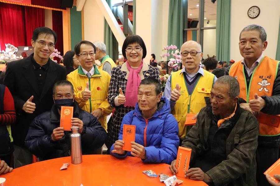 仕招社會福利慈善事業基金會準備500份500元的新春紅包,一一頒贈給街友,為他們寒冬送暖。(吳亮賢攝)