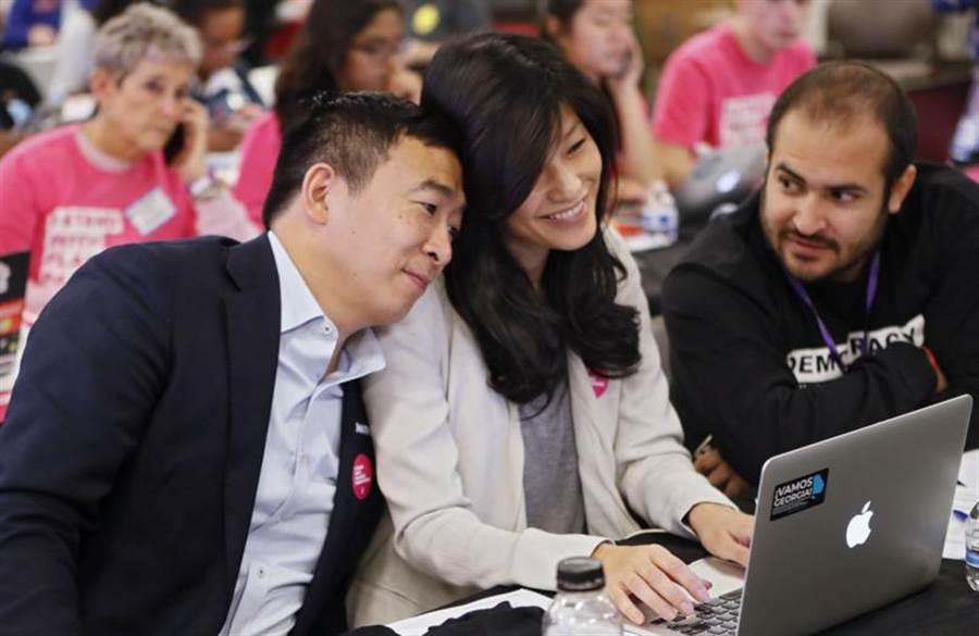 台裔美國總統參選人楊安澤(左)的夫人盧艾玲(中),自揭懷孕時曾遭醫師性侵。(美聯社)