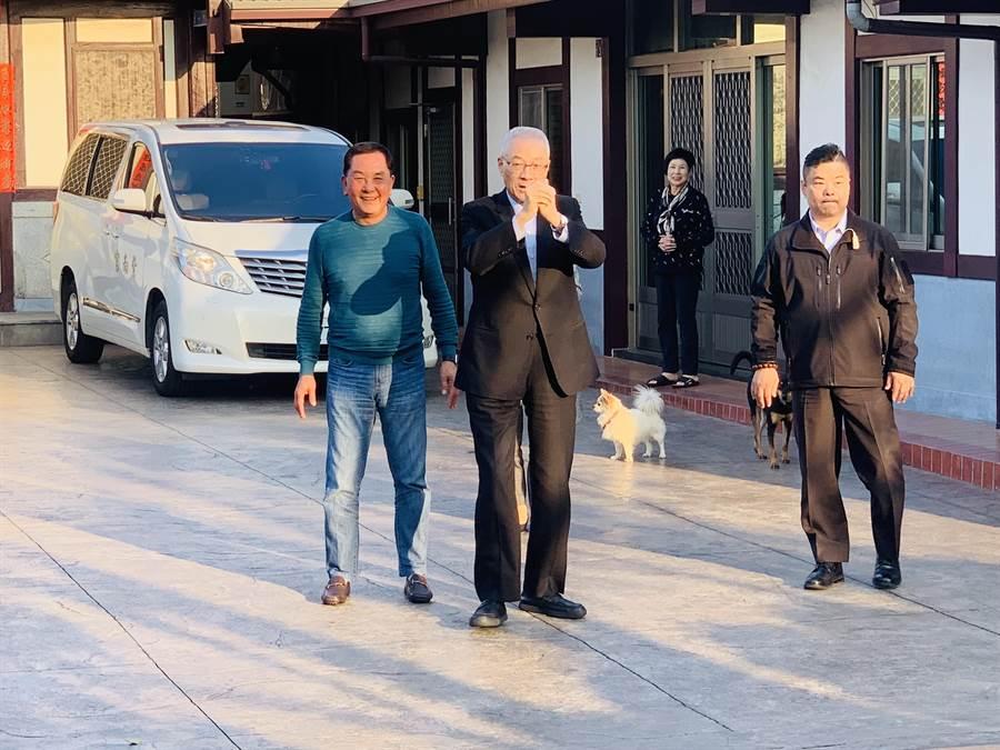 國民黨前主席吳敦義(左二),17日回南投拜訪紫南宮主委莊秋安(左)。(廖志晃攝)