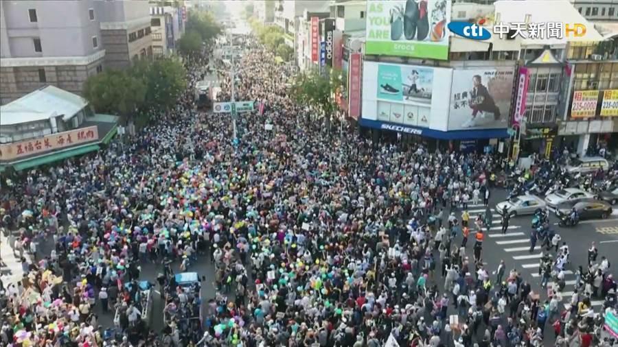 去年12月21日罷韓大遊行人潮空拍圖。(圖/截自中時電子報直播)