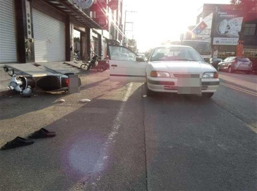 陳姓婦人將車臨時停在車道內,直接讓副駕駛座的兒子開門下車,導致77歲林姓老翁反應不及撞上,臥床5個月後不治死亡。(警方提供/謝瓊雲彰化傳真)