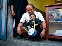 遊歷超過12國 全球最矮男去世