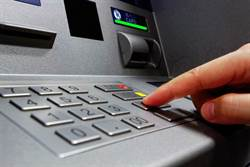 大媽ATM前「領錢存回」網曝心機