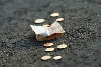 小村路邊鈔票撿不完 背後真相超暖