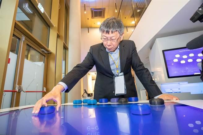 台北市長柯文哲參訪愛沙尼亞E化政府簡報中心,並在稍後受訪時表示葛來儀是綠營側翼。(台北市政府提供/陳俊雄台北傳真)