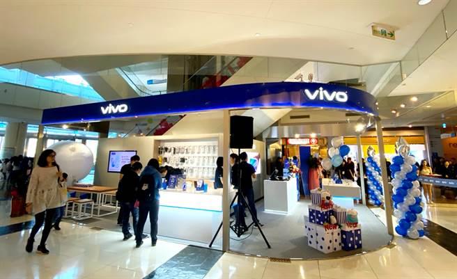 vivo全台首家體驗店—高雄夢時代體驗店搶在農曆年前盛大開幕。(黃慧雯攝)