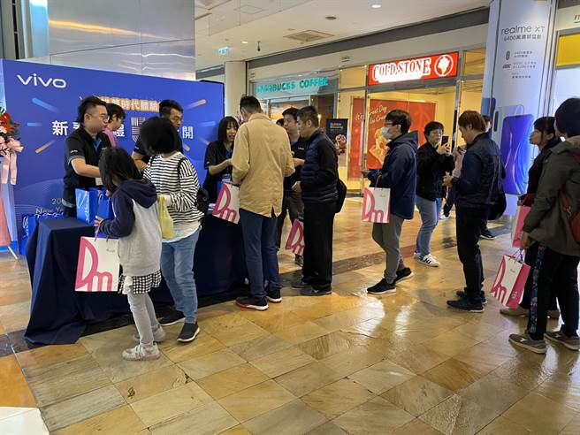 vivo高雄夢時代體驗店開幕,首日購買超值福袋的人潮踴躍。(黃慧雯攝)