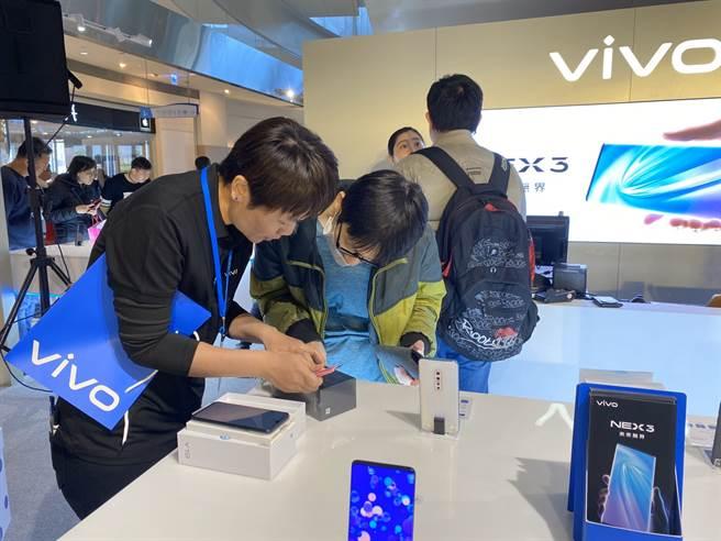 在vivo高雄夢時代體驗店購買手機,服務人員將提供一對一交機服務。(黃慧雯攝)