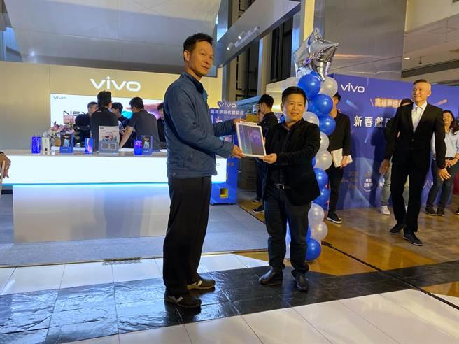 因應vivo全台首家體驗店開幕,透過粉絲團抽獎抽中vivo Y12的幸運民眾(左)與vivo台灣分公司總經理陳娟合影。(黃慧雯攝)
