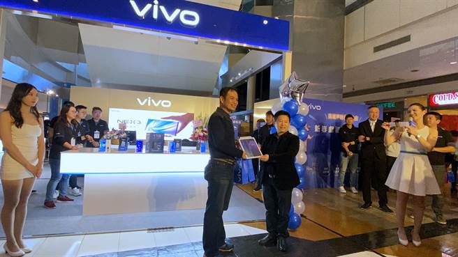 vivo全台首家體驗店購買福袋抽中vivo Y12的幸運民眾(左)與vivo台灣分公司總經理陳娟合影。(黃慧雯攝)