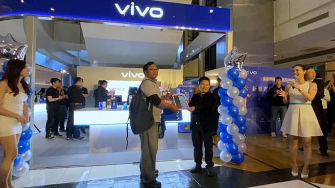 vivo全台首家體驗店購買福袋抽中vivo NEX 3的幸運民眾(左)與vivo台灣分公司總經理陳娟合影。(黃慧雯攝)