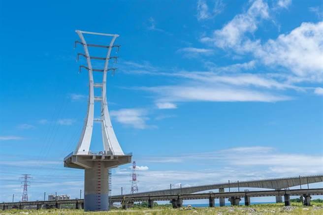 首座造型電塔位在位於宜蘭花蓮交界和平溪出海口,只要開車或是乘坐北迴鐵路都可以見到。(圖/台電提供)