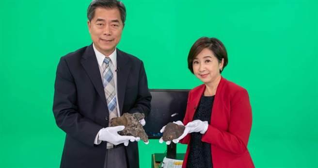 莊開文把2公斤重的隕石當啞鈴。(圖/公視提供)