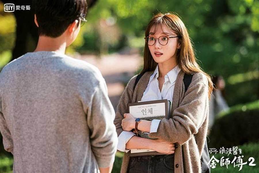 學生時期的李聖經因為高人一等,常有男同學在她背後指指點點,讓她對自己很不滿意。(圖/愛奇藝台灣站提供)