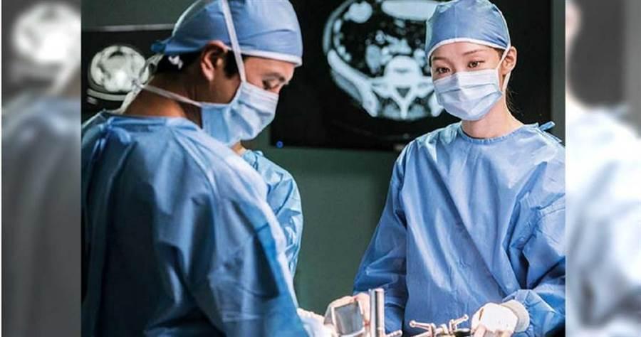 繼《Doctors》之後,李聖經後再度扮演醫生。(圖/翻攝自SBS)