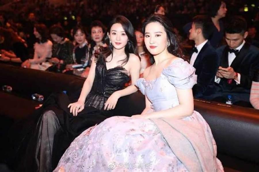 劉亦菲與趙麗穎合照,兩人對比劉亦菲看起來大了一號。(圖/取自微博)