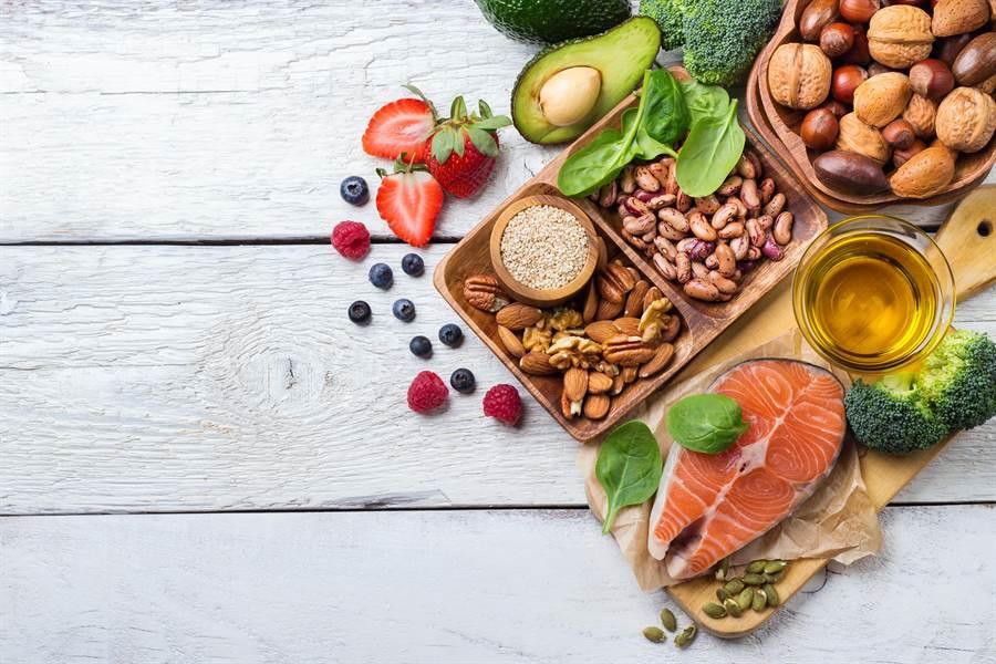 完全部攝取油脂其實沒有更健康,醫師表示,營養均衡最重要,並採取低脂飲食為上。(圖/Shutterstock)