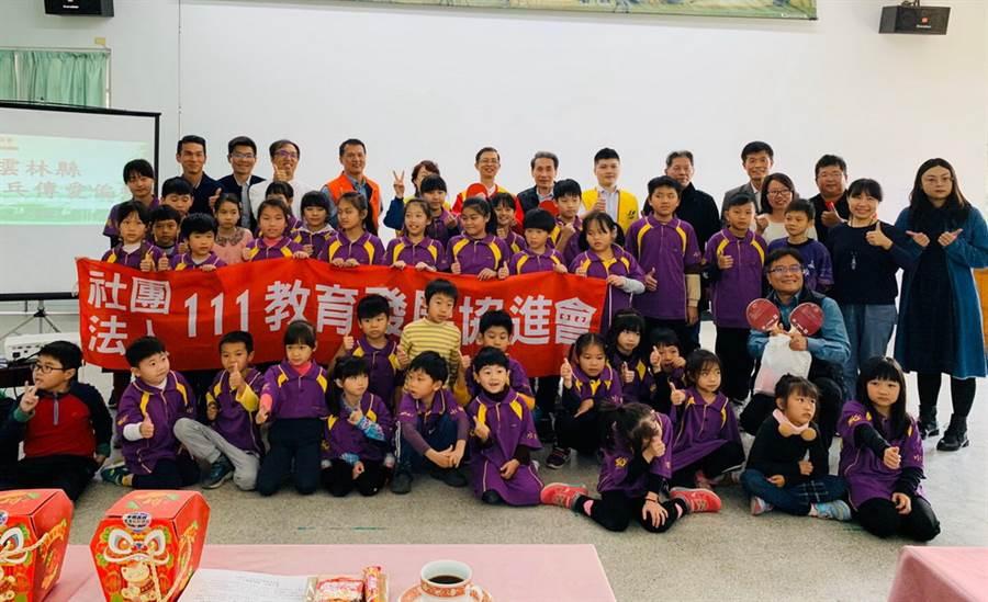 接受桌球器材贊助的水碓國小學生跟111教育發展協進會合影留念。(111教育發展協進會提供/黃及人台北傳真)