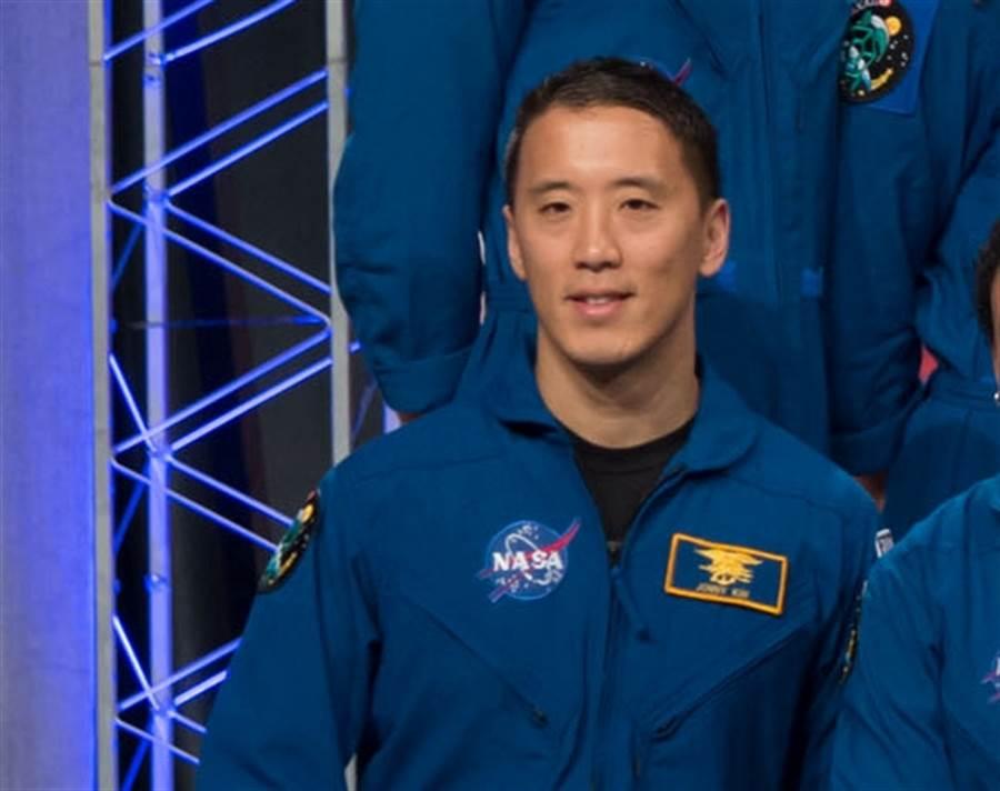 度過慘澹的青少年歲月,金強尼不但圓夢成為海豹部隊,哈佛醫生,更成為太空人。(路透/NASA)
