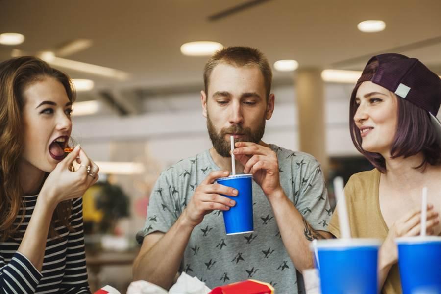 每天喝一杯含糖碳酸飲料 美研究:害大腦細胞折壽4.6年。(達志)