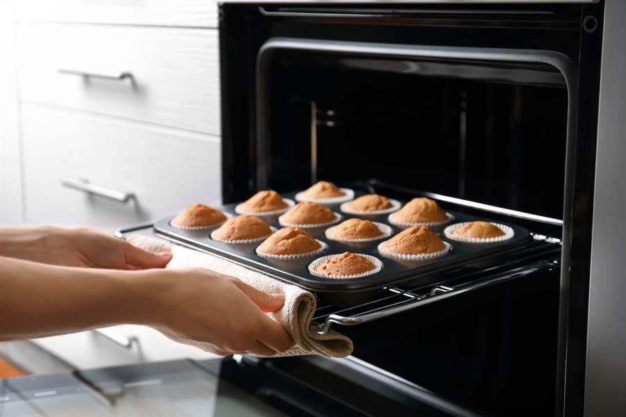 原po認為,氣炸鍋其實就是烤箱,相較之下,買烤箱比較務實(示意圖/達志影像)