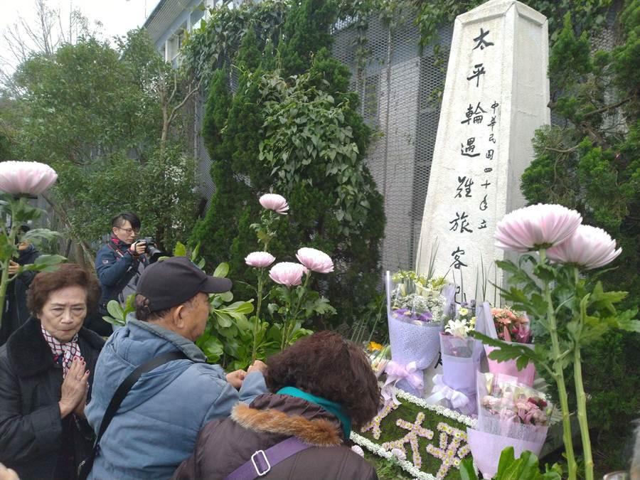 太平輪遺族在紀念碑前獻花追思遇難親人。(許家寧攝)