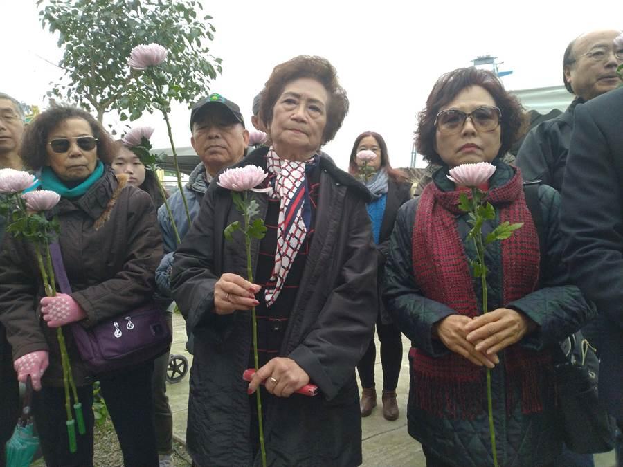 太平輪遺族在紀念碑前獻花追思。(許家寧攝)