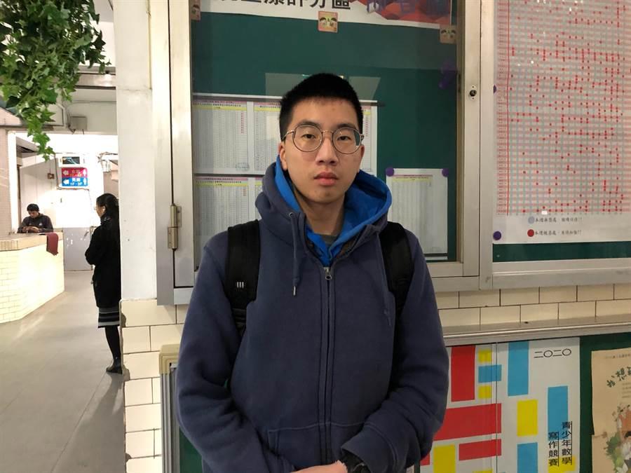 育達商職考生陳官凱說,今年學測自然讓他印象最深刻的出題,是關於腦波頻率計算的題目。(實習記者林志怡攝)