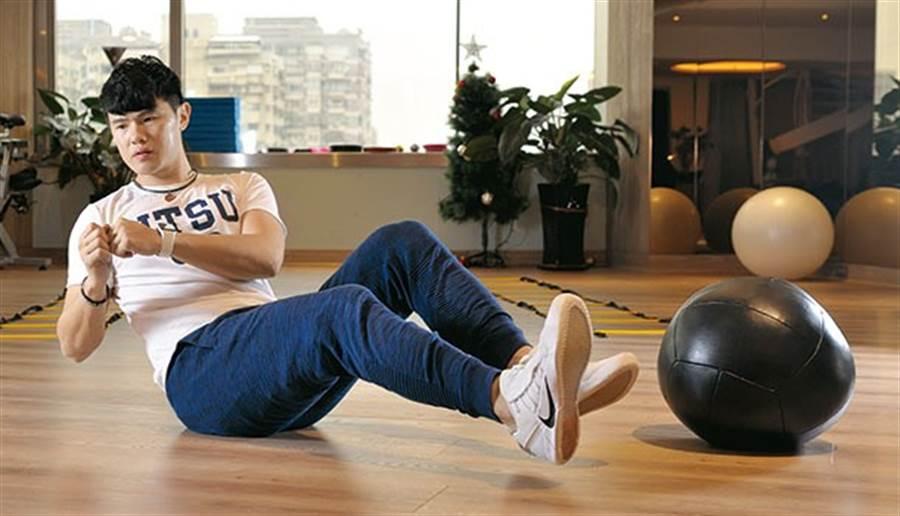 人體靠肌肉來支撐骨架和對抗地心引力,核心扮演維持人體良好姿勢及保護脊柱穩定的重要角色,所以一旦核心肌群不夠力,受傷的風險也比較高。(圖/陳德信)