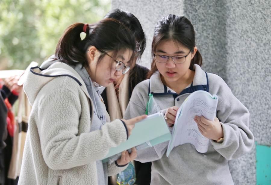 學測成績出爐! 9:00開放上網查詢。圖為109年大學學測落幕,學生們在低溫中裹著冬衣備考 (資料照/姚志平攝)