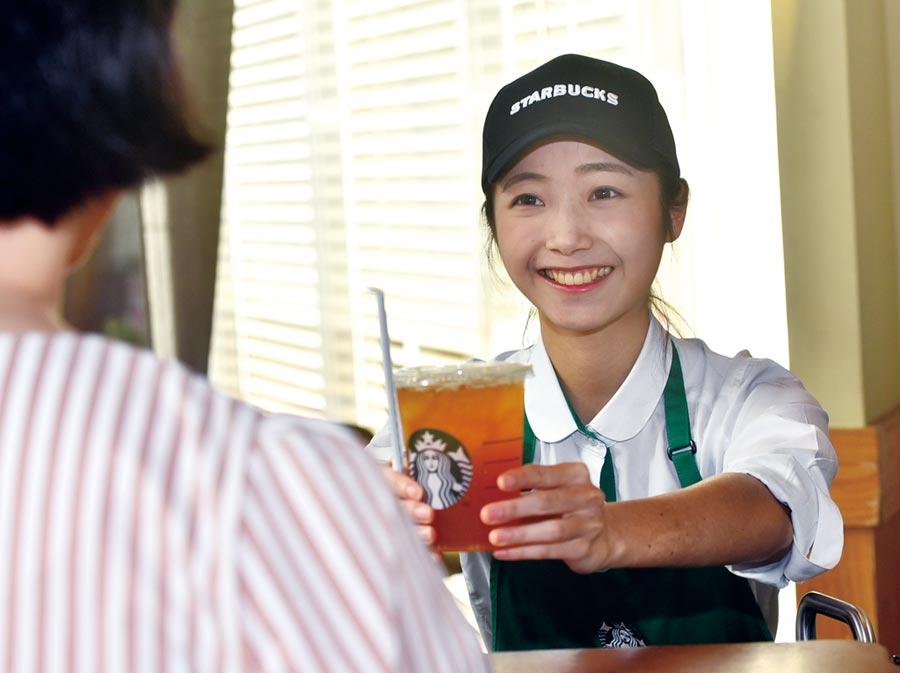 服務員以甜美笑容接待顧客,提供最佳的服務。圖/顏謙隆