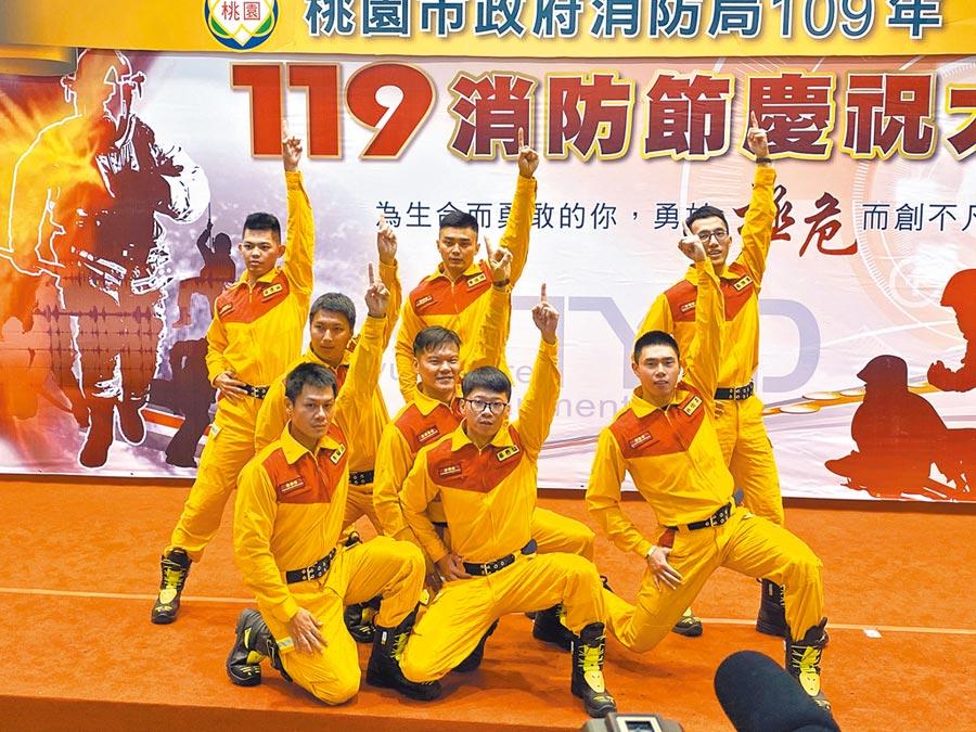 桃園市消防局17日在防災教育館舉辦「119消防節暨親子闖關體驗活動」,特搜隊員展現舞技演出。(蔡依珍攝)
