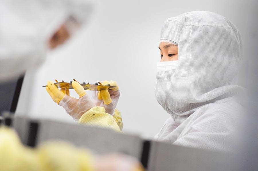 2019年大陸高技術產業投資增長17.3%。圖為河南信陽高新技術產業開發區某電子公司生產廠房一景。(新華社資料照片)