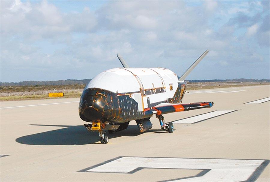 X-37B在范登堡空軍基地滑行。(取自美國空軍官網)