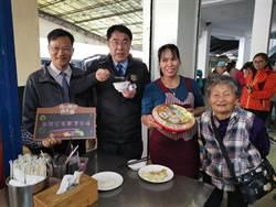 黃偉哲傳統市場發紅包  攤商熱情餵食