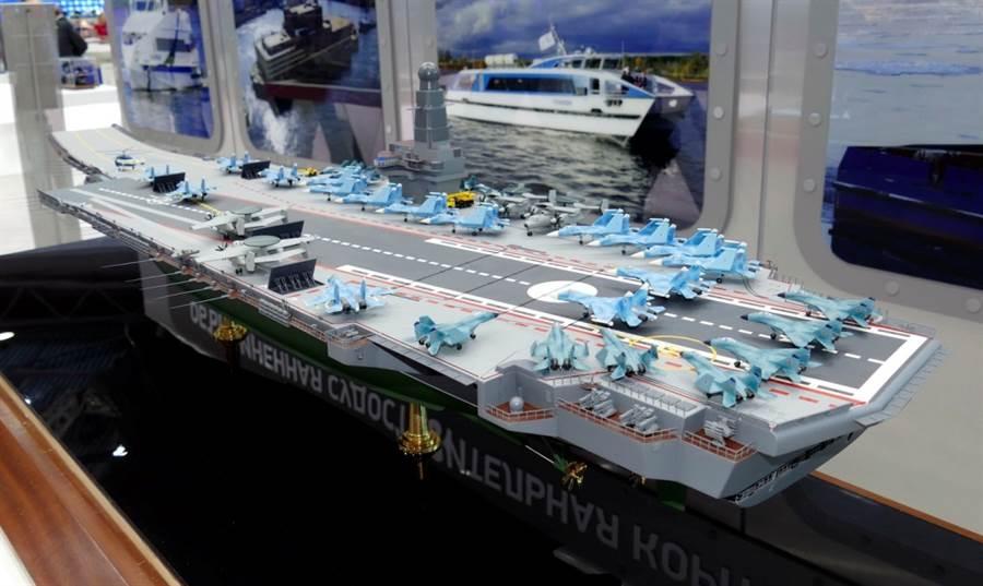 俄羅斯總統普丁看過的俄軍新型航母方案後不久,俄造船界即傳出已決定建造新型核動力航母的消息。圖中是日前普丁參觀過的新航母方案模型。(圖/環球時報)