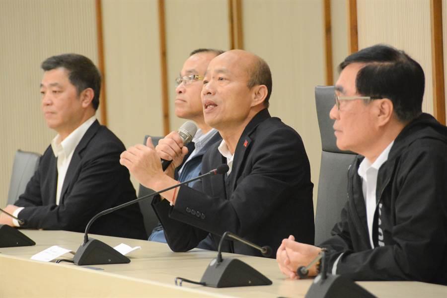 高雄市長韓國瑜(右二)13日銷假上班,上午即開記者會回答媒體提問,3位副市長也在旁陪同。(資料照片,林宏聰攝)