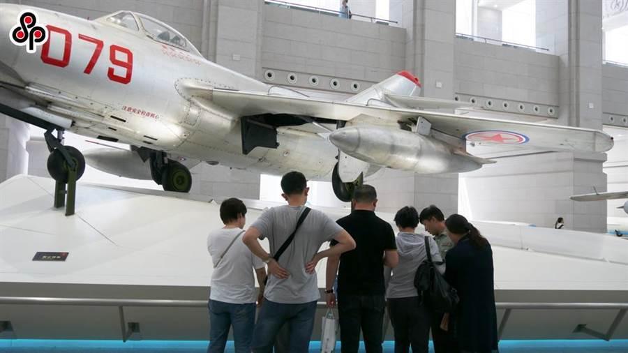 圖為大陸軍事博物館展示韓戰時期,解放軍所駕駛的米格15戰機。(本報系資料照片)