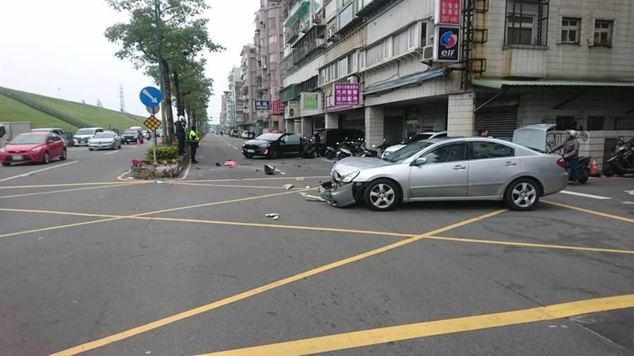 黑色特斯拉與銀色小轎車發生對撞,波及無辜路過女童。(翻攝畫面/譚宇哲傳真)