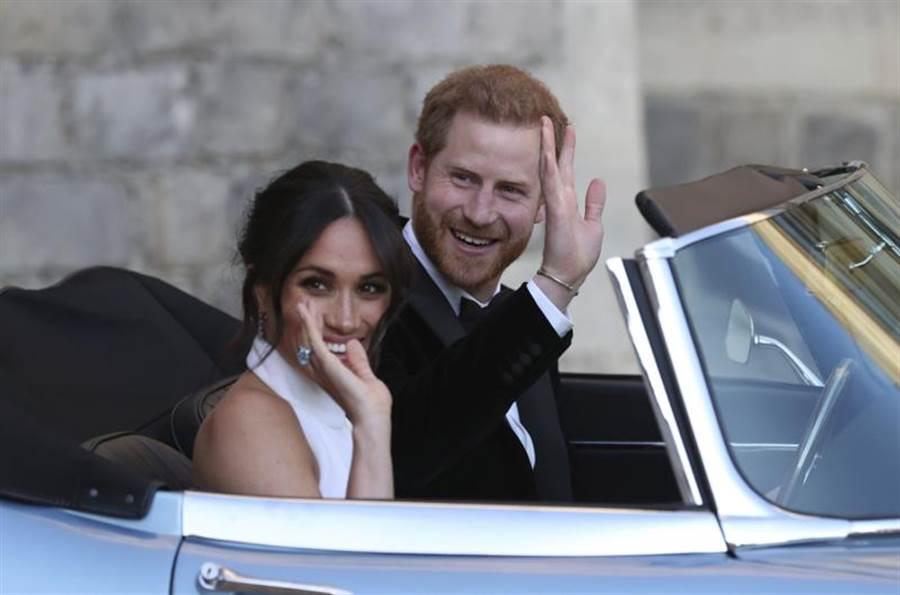 哈利王子與梅根終於達成心願,未來將淡出英國王室,圖為兩人2018年5月19日新婚當天,盛裝準備出席浮若閣摩爾小別墅(Frogmore Cottage)晚宴的神情。(美聯社)