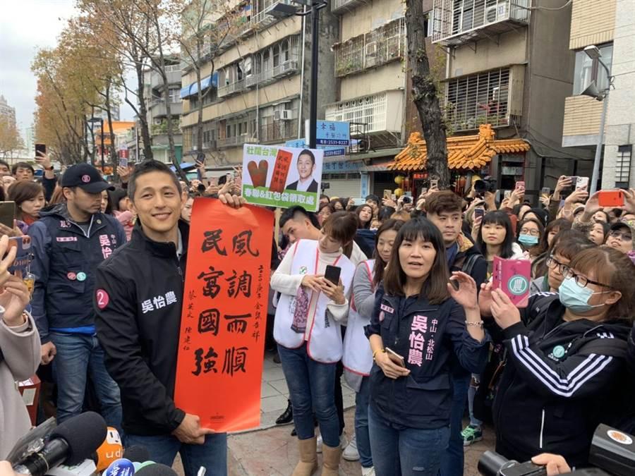 吳怡農在北市謙和市場的謝票最終回,發送限量春聯紅包袋,現場排隊長達300公尺。(圖文/張薷)