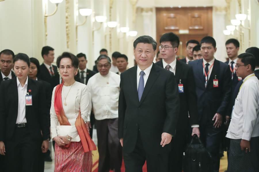 當地時間1月18日上午,大陸國家主席習近平在內比都同緬甸國務資政翁山蘇姬舉行正式會談。(中新社)