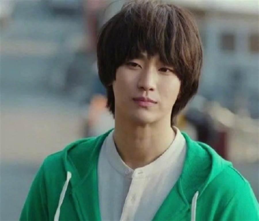 金秀賢客串《愛的迫降》成為第五中隊來到南韓的幫助者。(圖/翻攝自tvN)