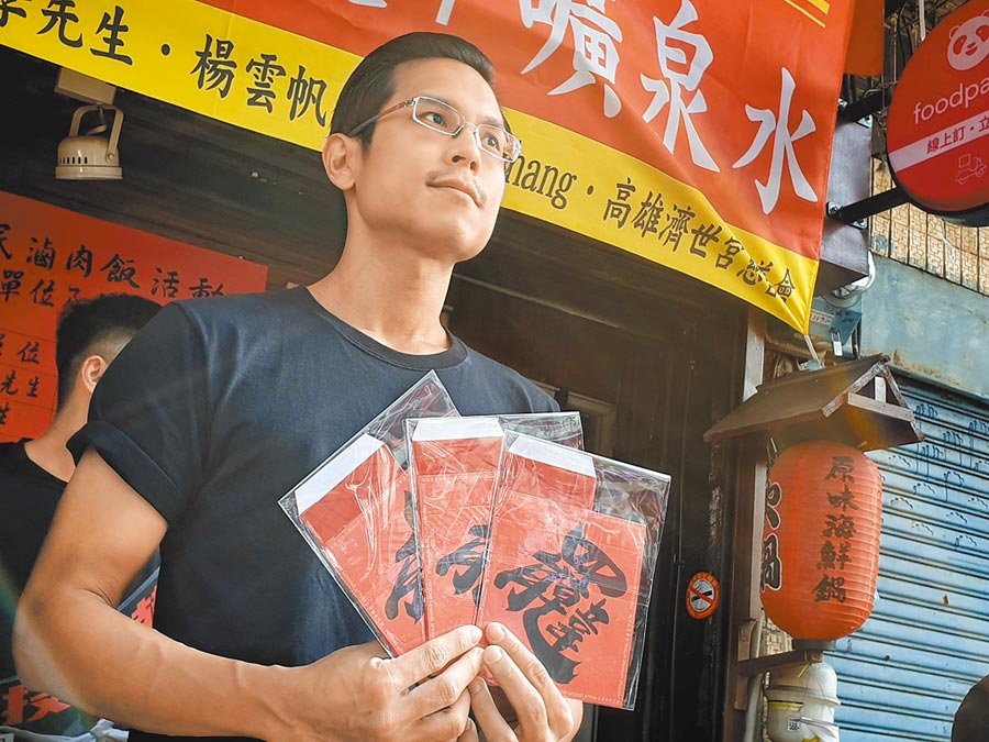 發起罷韓行動團體之一「公民割草」李醫師強調,年後將啟動二階連署,屆時將會配合滷肉飯一同發放。(袁庭堯攝)