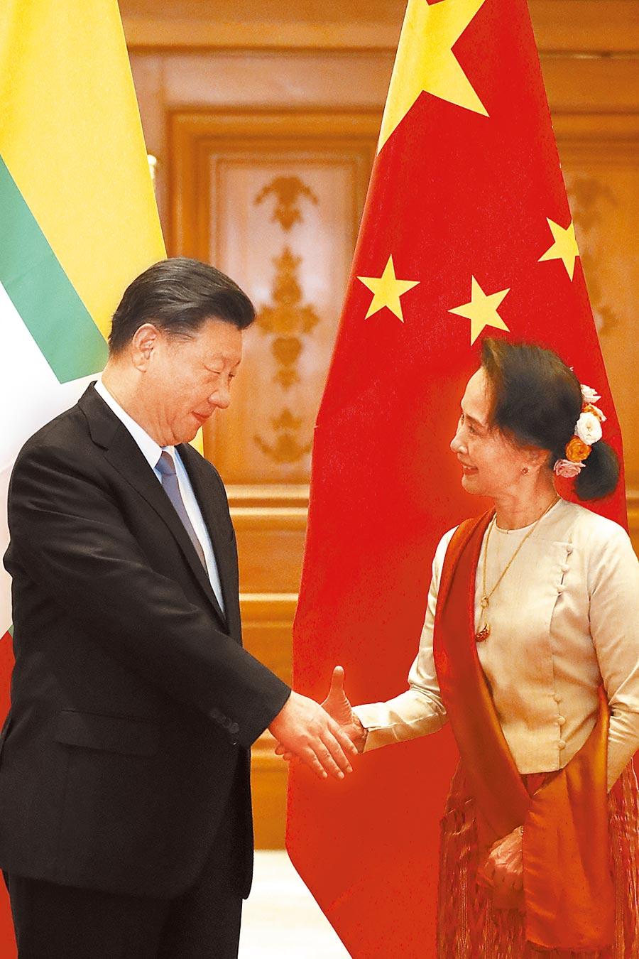 大陸國家主席習近平(左)在奈比多總統府出席緬甸總統溫敏舉行的歡迎儀式後,緬甸國務資政翁山蘇姬(右)專程前往總統府歡迎和問候習近平。 (美聯社)